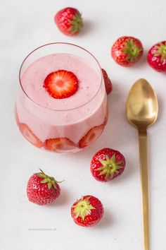Easy Cake : Quick strawberry mousse recipe - healthy and with only 2 ingredients! Dutch Recipes, Sweet Recipes, Weigt Watchers, Delicious Desserts, Dessert Recipes, Good Food, Yummy Food, Smoothies, Happy Foods