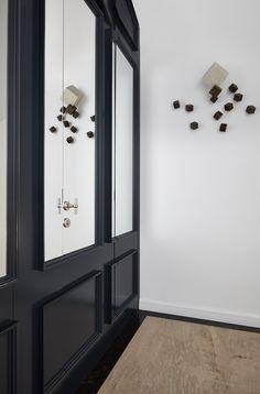Net even anders, dat typeert de unieke t-vormige deurknop. De t-vorm is slank en subtiel en heeft een goede greep. Met een sprekende uitstraling maakt het van de deur een echte blikvanger. Bekijk alle deurknoppen in de shop! - Online Deurbeslagshop   Deurknop   modern interieur   kastknop #onlinedeurbeslagshop Net, Showroom, Oversized Mirror, Furniture, Home Decor, Decoration Home, Room Decor, Home Furnishings, Home Interior Design