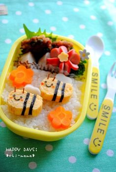 Mr. and Mrs. Bee omelet bento Bento Box Lunch For Kids, Bento Kids, Cute Bento Boxes, Lunch Box, Cute Food, Good Food, Japanese Food Art, Childrens Meals, Bento Recipes