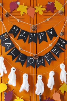 The spirit of Halloween is best celebrated with handmade crafts. Here are 31 easy to make DIY halloween craft ideas for kids. Diy Deco Halloween, Diy Halloween Dekoration, Soirée Halloween, Adornos Halloween, Manualidades Halloween, Halloween Crafts For Kids, Holidays Halloween, Halloween Office Decorations, Happy Halloween Banner