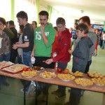 7 kwietnia obchodzony jest Światowy Dzień Zdrowia. W naszej szkole także postanowiliśmy uczcić ten dzień. Dlatego 8 kwietnia odbył się u nas Szkolny Dzień Zdrowia. Rozpoczęły go zajęcia kulinarne: każda klasa miała za zadanie przygotować coś z jabłek.