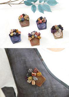 꽃더미브로치 [ BBA7240 ] Art Textile, Textile Jewelry, Fabric Jewelry, Fabric Flower Brooch, Fabric Flowers, Creative Embroidery, Hand Embroidery, 3d Quilts, Japanese Jewelry