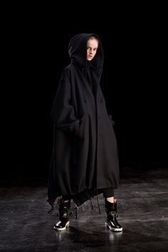 Y's Fall 2019 Ready-to-Wear Fashion Show - Vogue Alexander Mcqueen, Japanese Fashion Designers, Oversized Coat, Dope Fashion, Ladies Fashion, Models, Yohji Yamamoto, Fashion Show Collection, Black Hoodie
