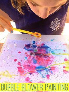 Bubble Blower Pintura. Esta idea trata de hacer burbujas de jabón, con una diferencia, está vez con color y se irán plasmando en un papel.