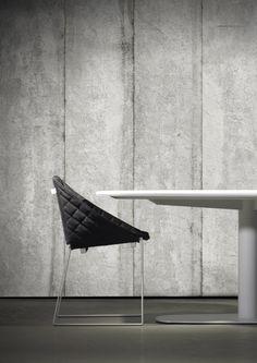 De Concrete Wallpaper Collection by Piet Boon is gebaseerd op strak en koel beton. Het favoriete materiaal van Piet Boon. De behang collectie telt zeven referenties. Er zit gegoten beton bij, glad beton, bekistingbeton, waarin je duidelijk de houtafdruk van de bekisting nog ziet. Deze muurbekleding heeft geen echt patroon en er zitten geen herhalingen in.
