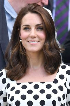 While a style icon in her own right, Kate Middleton is no stranger to channeling the look of another beloved member of the royal family: her late mother-in-law. The Duchess of Cambridge has paid tribute to Princess Diana on a number of memorable… Kate Middleton News, Kate Middleton Style, Kate Middleton Makeup, Celebrity Haircuts, New Haircuts, Herzogin Von Cambridge, Mi Long, Duke And Duchess, Princess Diana