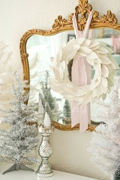 Pink and White Christmas Dining Room French Christmas, Shabby Chic Christmas, Elegant Christmas, Merry Little Christmas, Gold Christmas, Christmas Holidays, Christmas Wreaths, Xmas, Pink Christmas Decorations