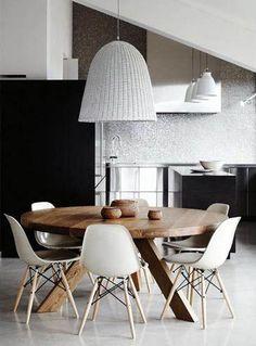 Sala de jantar com mesa redonda de madeira.