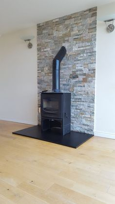 Most up-to-date Pictures freestanding Fireplace Hearth Ideas Charnwood stove with wood store set on Honed Slate Hearth with Quartzite Veneer Cladding Wood Stove Wall, Wood Stove Surround, Wood Stove Hearth, Slate Hearth, Fire Surround, Brick Fireplace Log Burner, Fireplace Hearth, Fireplace Design, Country Fireplace