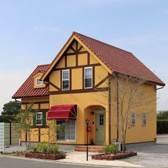 . ◇赤い三角屋根とくちなし色の塗り壁が印象的なお家 . 赤い三角屋根にひときわ目をひく 「くちなし色」の塗り壁が印象的なおうち。 日よけのオーニングやグリーンの鎧戸、 ダークブラウンの付梁や付柱が アクセントになって、どこか見覚えのある 懐かしくてかわいらしい外観。… Scandinavian Home, Shabby Chic Homes, Kitchen Design, Sweet Home, Cabin, Interior Design, House Styles, Home Decor, Google
