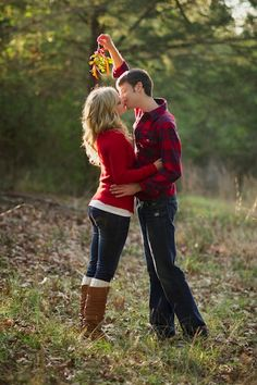 christmas engagement photos | Holiday Props | Adorable Holiday-Inspired Engagement Photos - Yahoo ...