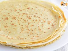 French cuisine is known all over the world for its delicacy and its technicality. However, some of these famous dishes are pretty easy to make at home, and. Crepes Nutella, Crepes And Waffles, Crepe Recipes, Dessert Recipes, Desserts, French Crepes, French Dishes, Sin Gluten, Vanilla