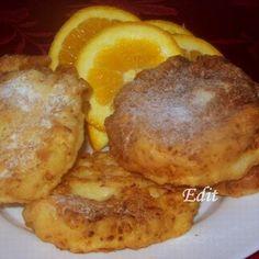 Narancsos túrófánk 25 dkg tehéntúró 25 dkg finomliszt 1 kávéskanál szódabikarbóna 1 csipet só 2 db tojás 2 dl tejföl 2 teáskanál cukor 1 db jól megmosott narancs reszelt héja A sütéshez: olaj A tálaláshoz: porcukor baracklekvár Pancakes, Eggs, Breakfast, Food, Morning Coffee, Essen, Pancake, Egg, Meals