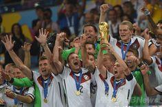 サッカーW杯ブラジル大会(2014 World Cup)決勝、ドイツ対アルゼンチン。優勝トロフィーを掲げ、チームメートと歓喜するドイツの主将フィリップ・ラーム(Philipp Lahm、右手前、2014年7月13日撮影)。(c)AFP/PATRIK STOLLARZ ▼14Jul2014AFP|ドイツが延長制し4度目のW杯制覇、ゲッツェが決勝点 http://www.afpbb.com/articles/-/3020416 #Brazil2014 #Germany_Argentina_final