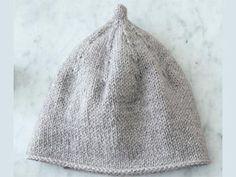 Envie de tricoter pour l'hiver de votre bout de chou ? Voici un modèle de bonnet tout doux pour tenir bien au chaud la tête de bébé. Il se tricote de la taille préma à 6 mois en jersey endroit.