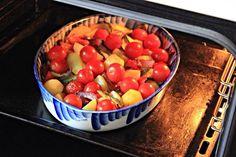 Запечённые овощи с песто и моцареллой  Ингредиенты:  Красная луковица — 1 шт. Сладкий перец — 2 шт. Цукини — 2 шт. Мелкий молодой картофель (или крупный порезать на 4 части)  Помидоры черри — 8–10 шт. Моцарелла — 130 г Соль Перец Оливковое масло для жарки  Соус песто — 50 г  Приготовление:  1. Разогреть духовку до 220 С. Овощи крупно порезать.  2. Цукини нарезать тонкими кружочками. У меня один большой цукини, я нарезала на половинки. В форму для запекания выложить красный лук, перец…