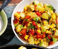 Avokadosallad med majs, paprika och koriander är en saftig och färgstark sallad med chunky tomato salsa som är god såväl sommar som vinter. Servera salladen med spareribs, majsbröd och gräddfil.