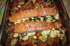 Low Carb Lachs mit Ofengemüse. Meine Variante: zusätzlich mit abgeriebener (Bio-)Zitronenschale und -Saft würzen, Käse weglassen.