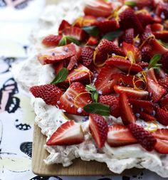 Prøv en opskrift på en fristende sommerlig dessert med jordbær på marengsbund med marcipan i. Vi giver dig opskriften på den perfekte pavlova!