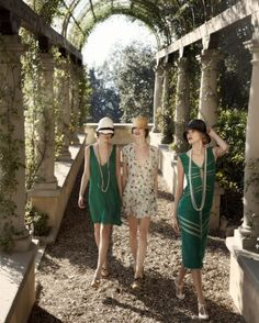 Love the roaring Capone, flapper dresses, the Charleston, feathers and Gatsby :-) For the time hemlines were raised and so were a few elderly eyebrows lol the first fashion revolution! Look Gatsby, Gatsby Girl, Gatsby Style, Flapper Style, 1920s Style, Roaring 20s Fashion, Great Gatsby Fashion, The Great Gatsby, Roaring Twenties