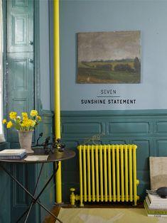 Réveiller un mur en jouant le contraste des couleurs complémentaires. Ce radiateur jaune citron vif sur fond turquoise, tonique !