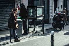 Lectura y cigarro. #paris #girl #cigarette #street