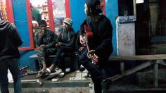 nongkrong di warung mang ayi sambil bermain musik 2