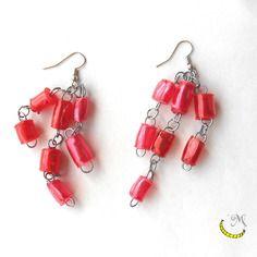 Orecchini pendenti lunghi con perline di plastica riciclata arrotolate a mano - rosso