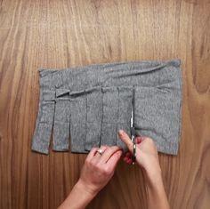 Ne jetez pas vos vieux t-shirts alors que vous pouvez les transformer en objet de tous les jours! Avec un seult-shirt, vous pouvez obtenir trois balles de tissus et comme les balles en laine, vous allez pouvoir les tresser afin de concevoir des accessoires bien pratiques! Qu'est-ce que vous attendez pour sortir vos t-shirts usés...