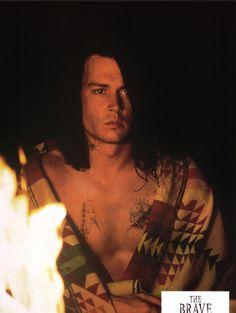The Brave (1997).  Raphael é um índio americano alcoólatra e desempregado que vive num trailer com a esposa e dois filhos. Sacrifica a vida para tirar a família da miséria quando aceita participar de um filme em que será surrado até a morte em troca de 50 mil dólares. É a estreia de Johnny Depp como diretor e roteirista.