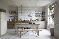 cuisine-grise-ambiance-maison-campagne-avec-carrelage-blanc-meuble-bois-et-parquet-peint-en-gris.