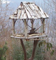 Pagode mangeoire , inspirée de la pagode à pilier unique du Vietnam . Mangeoire de style Asiatique . La structure est réalisée en bran...