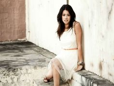 'Jane The Virgin's' Gina Rodriguez gives Away Her Dress To Student For Prom - http://www.hofmag.com/jane-virgins-gina-rodriguez-gives-away-dress-student-prom/155809