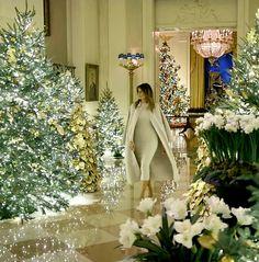 FLOTUS Melania Trump shows off the White House Christmas decorations on December. - FLOTUS Melania Trump shows off the White House Christmas decorations on December 🎄❤ - Donald And Melania Trump, First Lady Melania Trump, Donald Trump, Beautiful One, Beautiful People, White House Trump, Trump House, Trump Show, Trump Christmas
