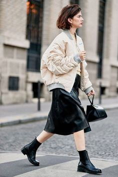 23 Epic Outfits We Bookmarked From Paris Fashion Week Paris Fashion Week Street Style October 2018 Fashion Week Paris, Fashion Week 2018, Paris Street Fashion, London Fashion, Parisienne Chic, Style Noir, Men's Style, Trendy Style, Moda Do Momento