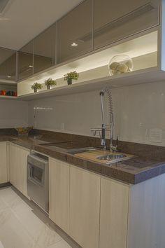 Armario superior com portas espelhadas e nicho iluminado para Cozinha. Projeto Carolina Fontes