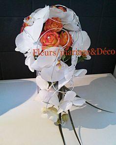 """Bouquet de mariée """"orange & blanc"""" retombant, travaillé avec de magnifiques orchidées blanches, des roses oranges sûblimé par un fil banzaî argenté et quelques perles nacrées.Ce bouquet a été réalisé pour Augustina."""