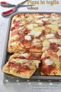 Pizza veloce in teglia, alta e soffice con poco lievito in un attimo!