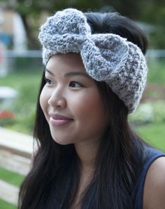The Bow Headband is made using 1 ball of yarn, 2 stitches, and is constructed with 3 pieces. I love this headband because it will keep your ears warm on a cold day but it doesn't sacrifice st. Crochet Adult Hat, Crochet Bows, Crochet Headband Pattern, Knitted Headband, Crochet Beanie, Cute Crochet, Crochet Crafts, Crochet Projects, Knit Crochet
