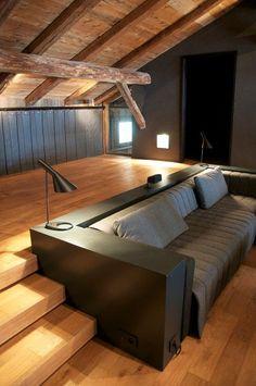 Elegante Couch in der Split Level Wohnebene