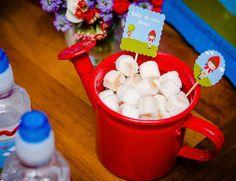 Linda exposicao dos doces e personalizados A festinha de 2 anos das gêmeas Maria Eduarda e Maria Clara foi no tema Chapeuzinho Vermelho! A linda decoração em azul e vermelho ficou por conta da Dona