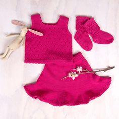 Dette nydelige settet med danseskjørt og topp i Zarina er et must til sommer-garderoben. Skjørtet strikkes ovenfra og ned og vidden nede gir en super sving-effekt, og sammen med toppen blir det perfekt for den som er glad i å danse. Settet på bildet er strikket i fargen Fuchsia Rose, men garnpakken kommer i mange flere farger. Du får også oppskrift og garn nok til et par søte strømper. Garnet er Zarina – et italiensk kvalitetsgarn i merinoull som kan maskinvaskes. Strikkes på pinner 2.5 og 3.0.  Baby Knitting, Christmas Stockings, Baby Knits, Happy, Rose, Dance In, Threading, Needlepoint Christmas Stockings, Pink