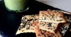 Crackers sésame noir et guacamole d'avocat. Pour un apéro sympa ! . La recette par DOUCEURS MAISON.