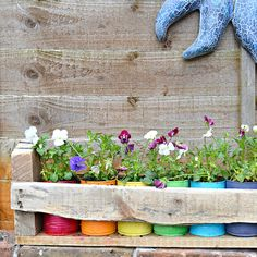 Make a garden on a budget with these pallet garden ideas. From DIY pallet outdoor planter ideas to pallet garden beds, there are plenty of wood pallet projects for the garden to choose from that will give your garden design a makeover on a budget. These pallet garden projects can be used for flowers, herbs, vegetables and more! Recycled Tin Cans, Recycled Garden, Recycled Planters, Pallet Planters, Garden Crafts, Garden Projects, Painted Tin Cans, Tin Can Crafts, Olive Garden