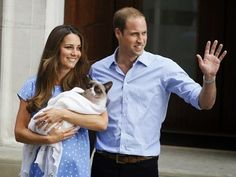William, Kate show off newborn royal baby boy The Duke and Duchess of Cambridge emerged from a London hospital on Tuesday presenting the world with a first glimpse of the yet unamed prince who is third in line to the British throne. Prince George Alexander Louis, Prince William And Kate, William Kate, Bebe Real, My Bebe, Grumpy Cat, Royal Babies, Princess Kate, Princess Charlotte