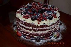 Naked Cake red velvet, com recheio de cardamomo e coberto com frutas vermelhas.