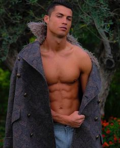 Ronaldo shows off ripped torso ahead of Real's clash with Alaves - Real Madrid's Cristiano Ronaldo poses outside in the cold as he shows off his ripped torso - Cristiano Ronaldo 7, Cristiano Ronaldo Body, Ronaldo Cr7, Cr7 Junior, Shirtless Men, Soccer Players, Soccer Guys, Real Madrid, Messi