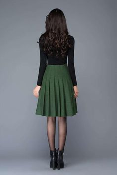 New Skirt Circle Outfit Winter Street Styles Ideas Jupe Swing, Swing Skirt, Midi Skirt Outfit, Dress Skirt, Green Skirt Outfits, Green Pleated Skirt, Pleated Skirts, Swing Rock, Office Skirt