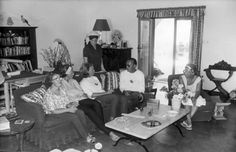 V.l.n.r. Prinses Christina, Prinses Beatrix, Prinses Irene, Prinses Margriet, Prins Bernhard en Koningin Juliana in de salon van villa L'elefante Felice, Porto Ecole, Italie, 7 augustus 1963.