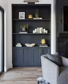 Living Room Built In Cabinets, Living Room Built Ins, Bookshelves In Living Room, Built In Bookcase, Living Room With Fireplace, Grey Bookshelves, Black Bookcase, Black Shelves, Open Shelves